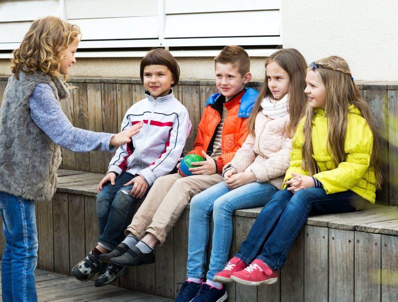 Małe dziecko postępuje out zwrot przyjaciele zdjęcia royalty free