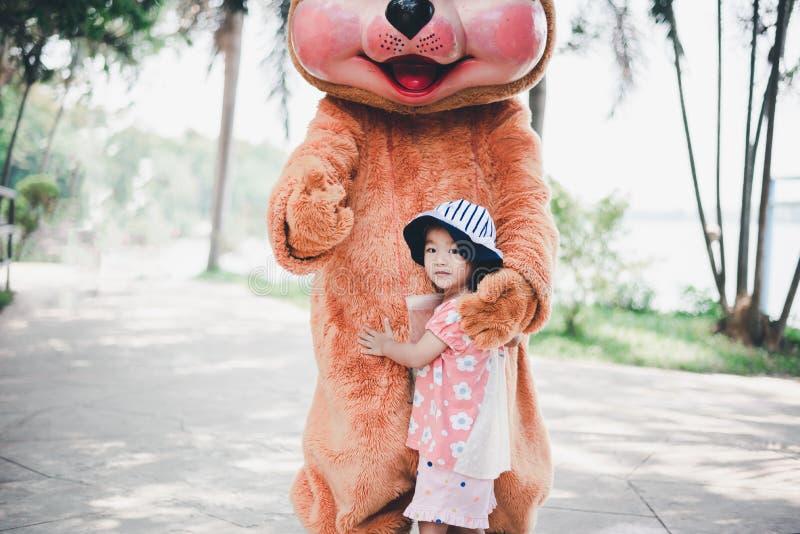 Małe dziecko sztuka z niedźwiedziem obraz stock