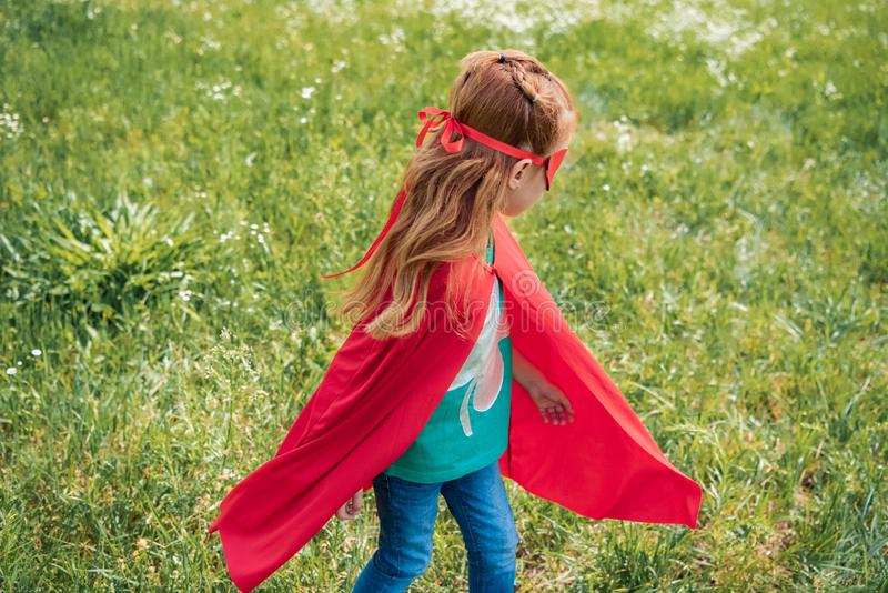 małe dziecko w czerwonej bohatera kostiumu pozycji obrazy royalty free