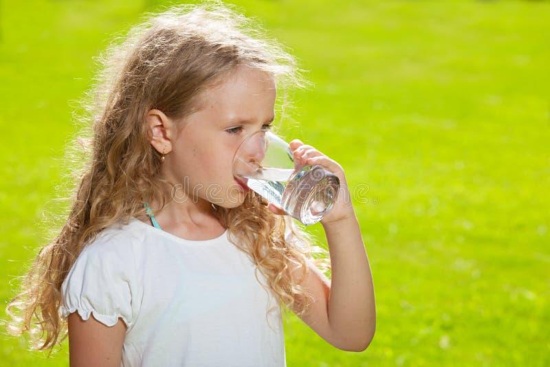Małe dziecko woda pitna zdjęcie royalty free