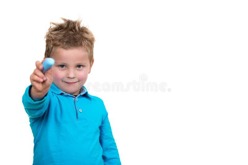 Małe dziecko wokoło rysować coś z kredą fotografia royalty free