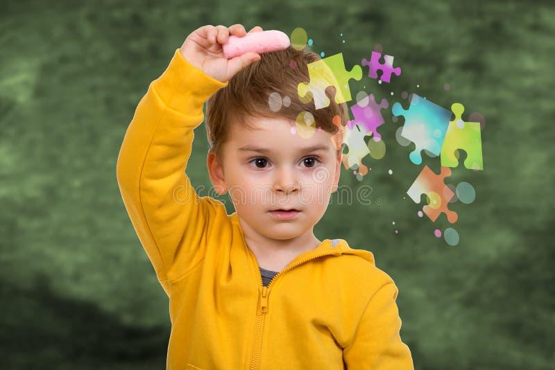 Małe dziecko wokoło rysować coś z kredą obraz stock