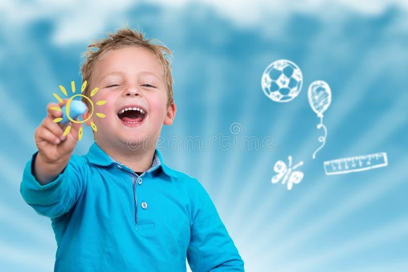 Małe dziecko wokoło rysować coś z kredą zdjęcia royalty free