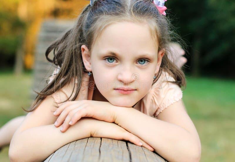 Małe dziewczyn sztuki w parku zdjęcia stock