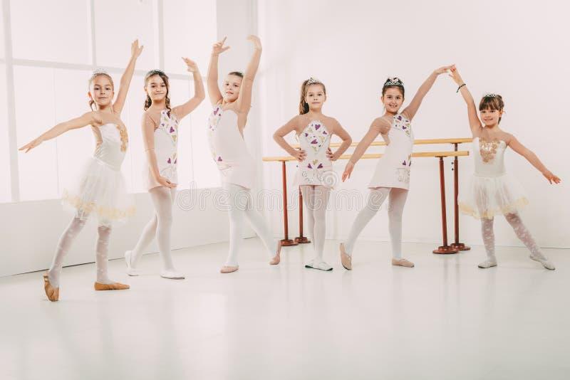 Małe Dziewczynki Ćwiczy balet zdjęcie royalty free