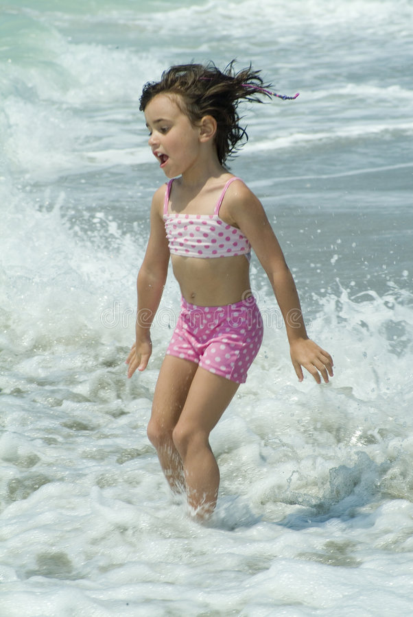 małe dziewczynki grają morza zdjęcie royalty free