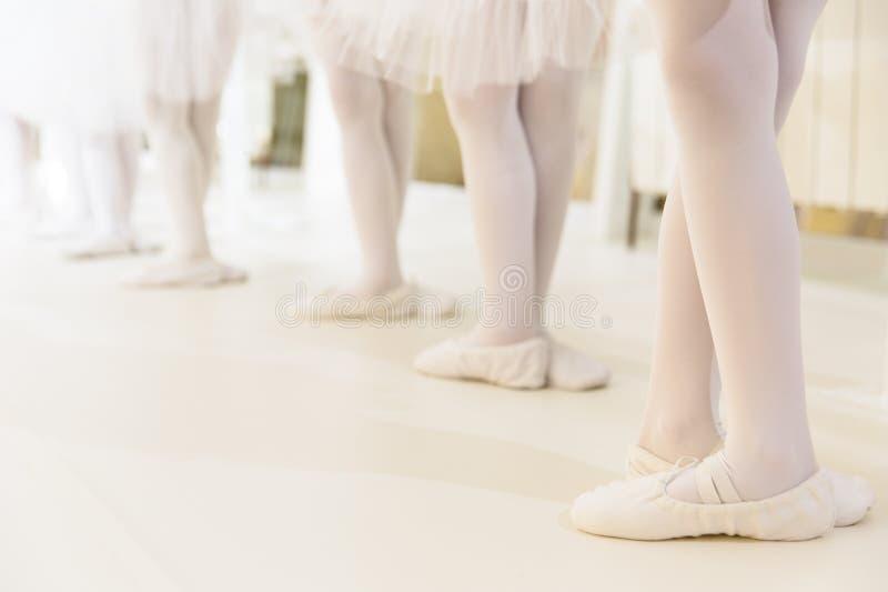 Małe dziewczynki tanczy balet fotografia stock