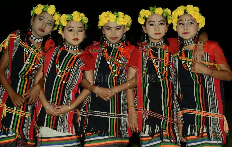 Małe dziewczynki w etnicznym ubiorze zadawalać tradycyjnych bóstwa obraz royalty free