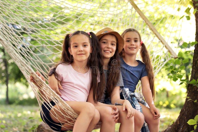 Małe dziewczynki w hamaku outdoors obraz royalty free