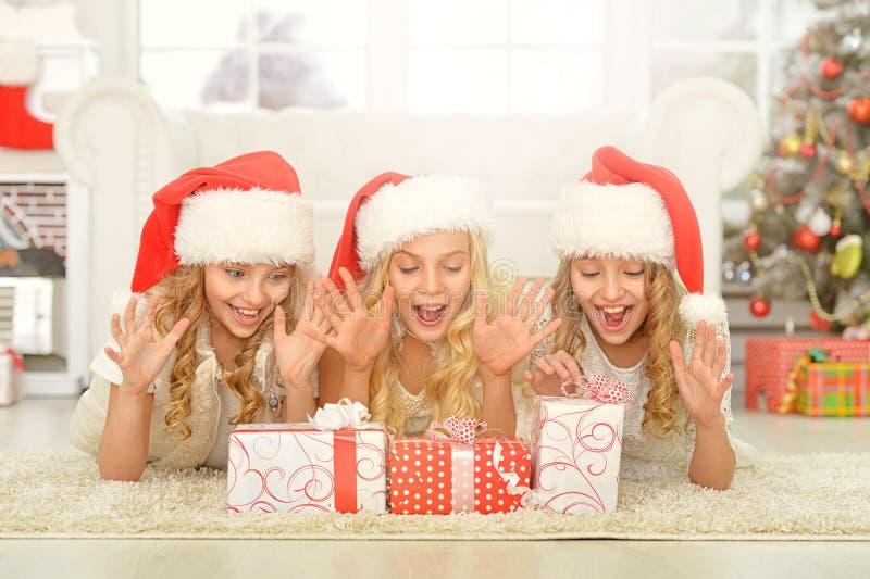 Małe dziewczynki w Santa kapeluszach obraz royalty free