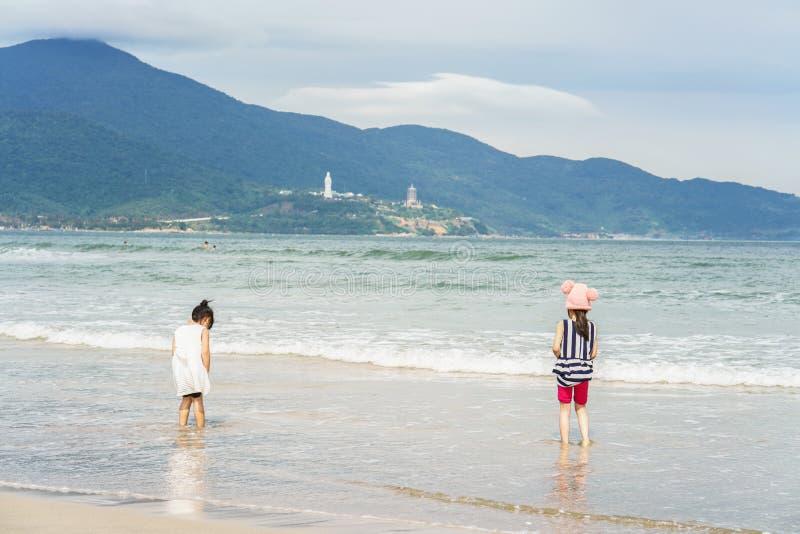 Małe dziewczyny przy Porcelanową plażą Danang w Wietnam fotografia stock