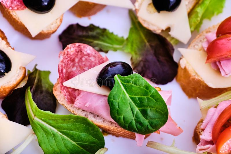 Małe kanapki z baleronem i salami fotografia stock