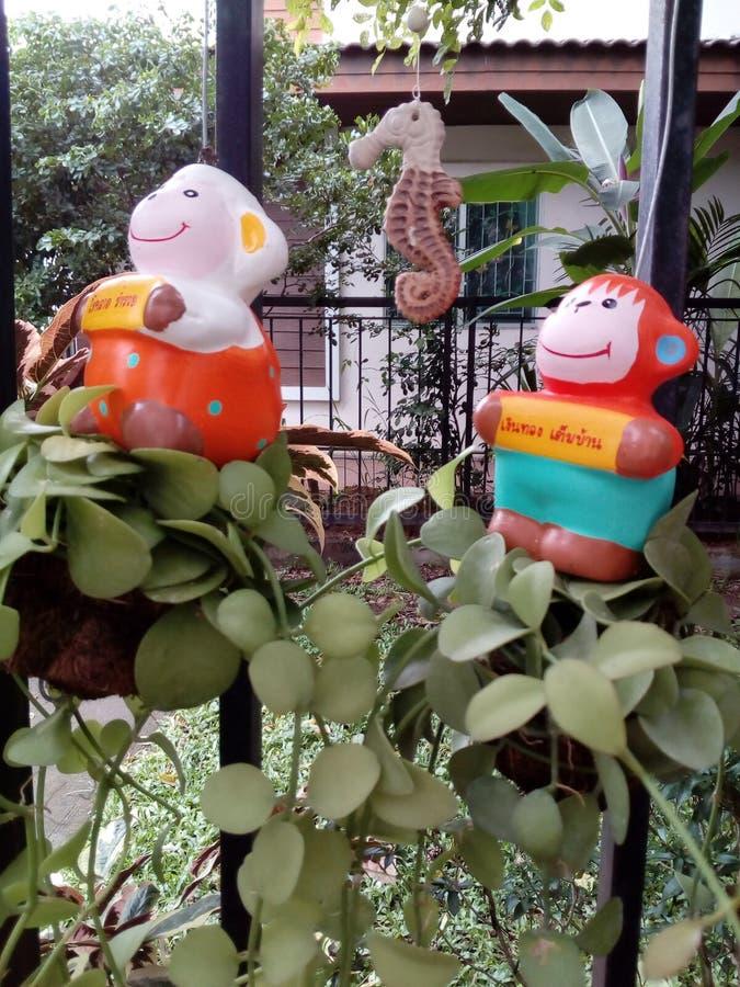 Małe lale przy ogrodzeniem obraz stock