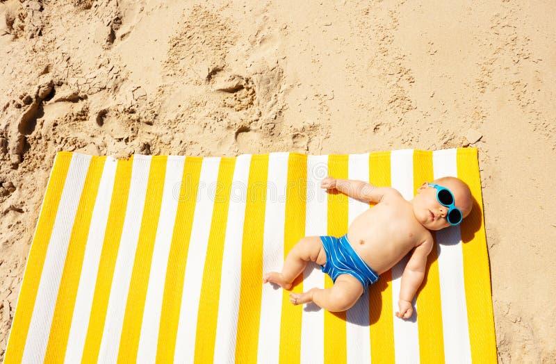 Małe niemowlę leżało na wycieraczce z góry zdjęcia royalty free
