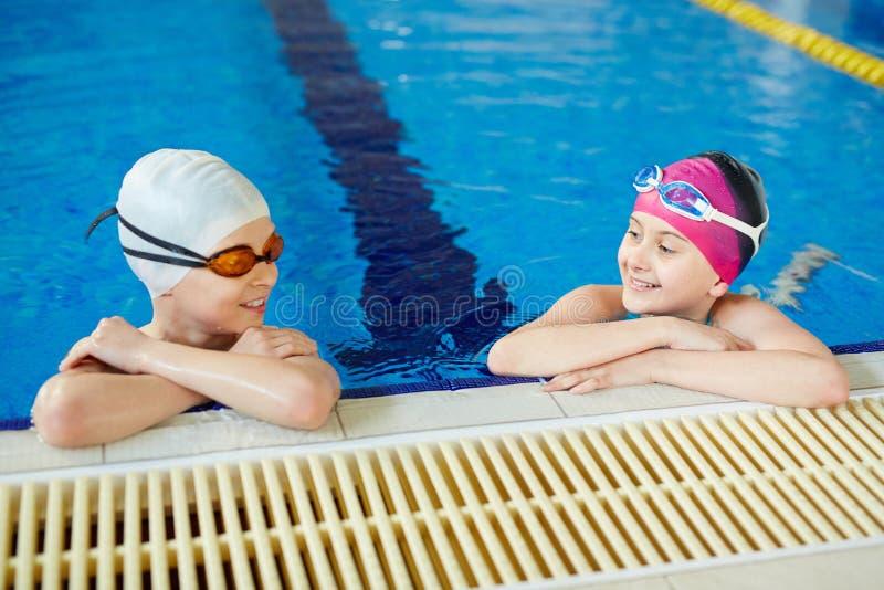 Małe pływaczki w basenie zdjęcie stock