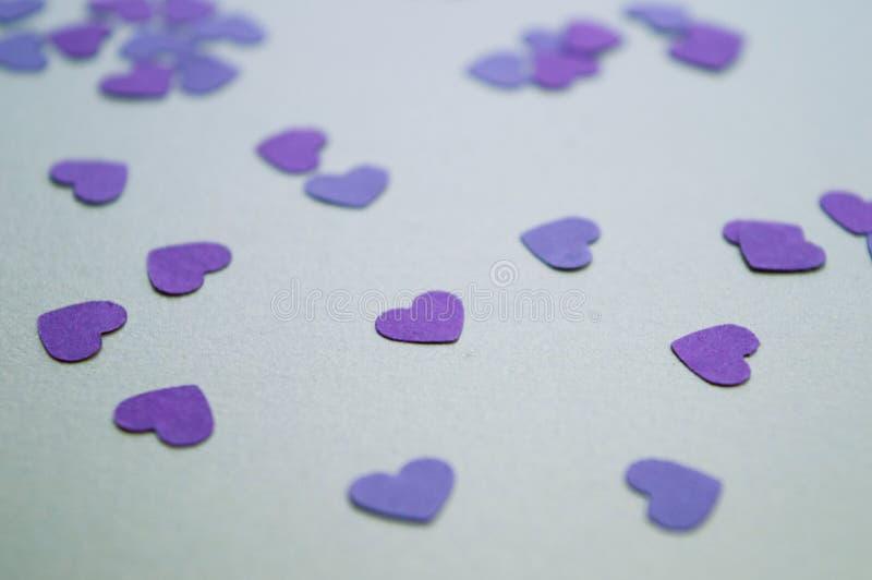 Małe, purpurowe serca na złotym tle na święto św. Walentynek 2020 Nastrój świąteczny zdjęcie royalty free
