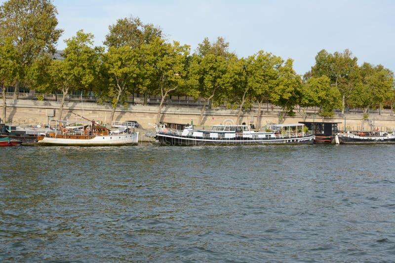 Małe rzeczne łodzie cumowane na Sekwanie w Paryżu zdjęcie royalty free