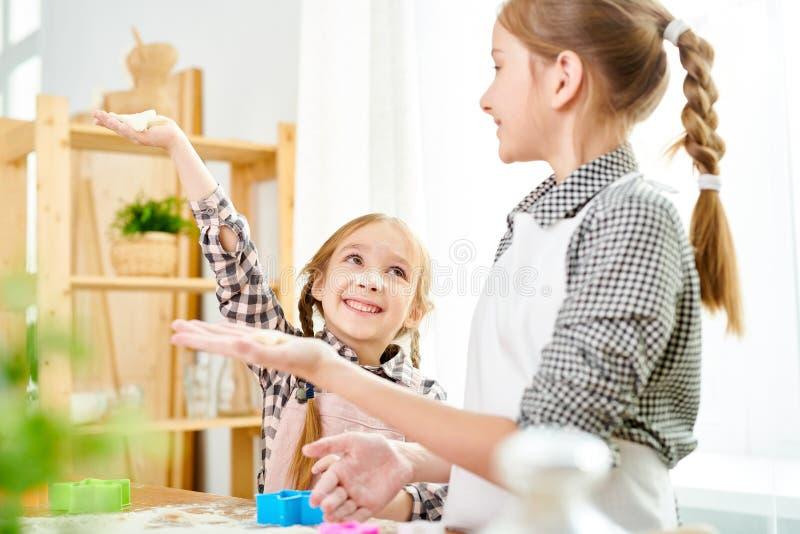 Małe siostry Przygotowywa ciastka obrazy royalty free