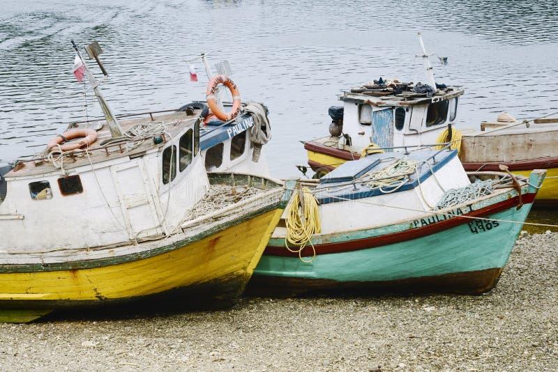 Małe stare łodzie rybackie na plaży przy Puerto Montt obrazy stock