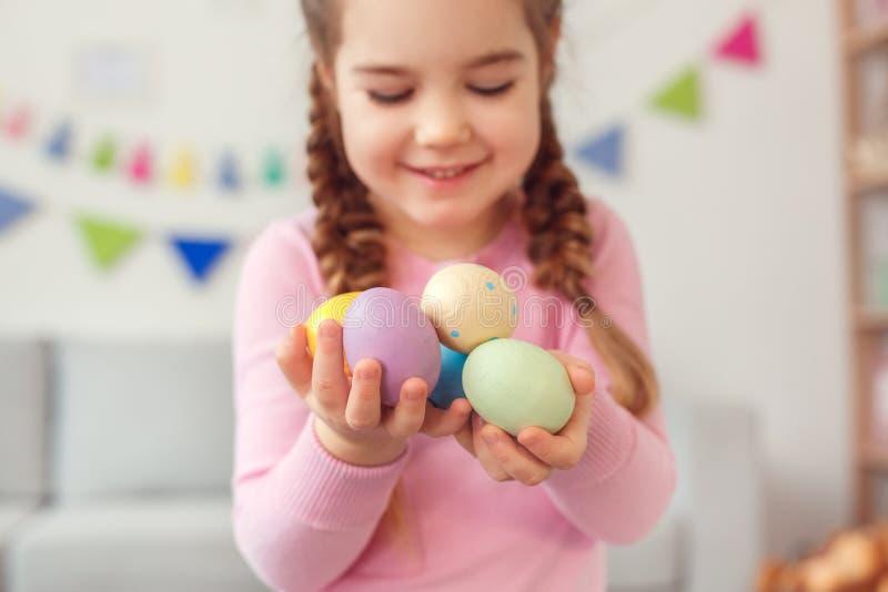 Małego ślicznego dziewczyny Easter świętowania pojęcia mienia jajek trwanie zakończenie w domu zamazywał tło obraz stock