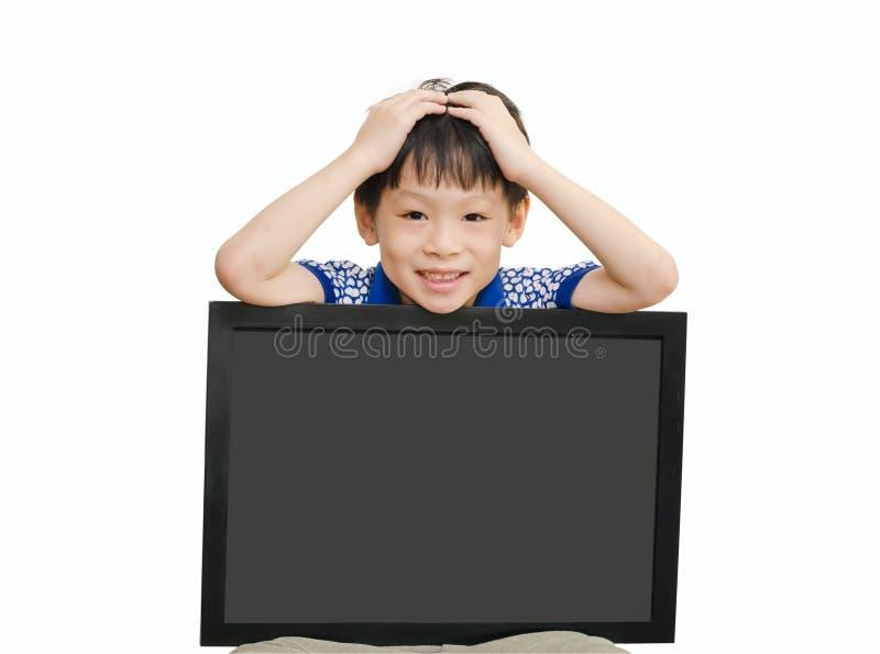 Małego Azjatyckiego chłopiec mienia pusty chalkboard obrazy stock