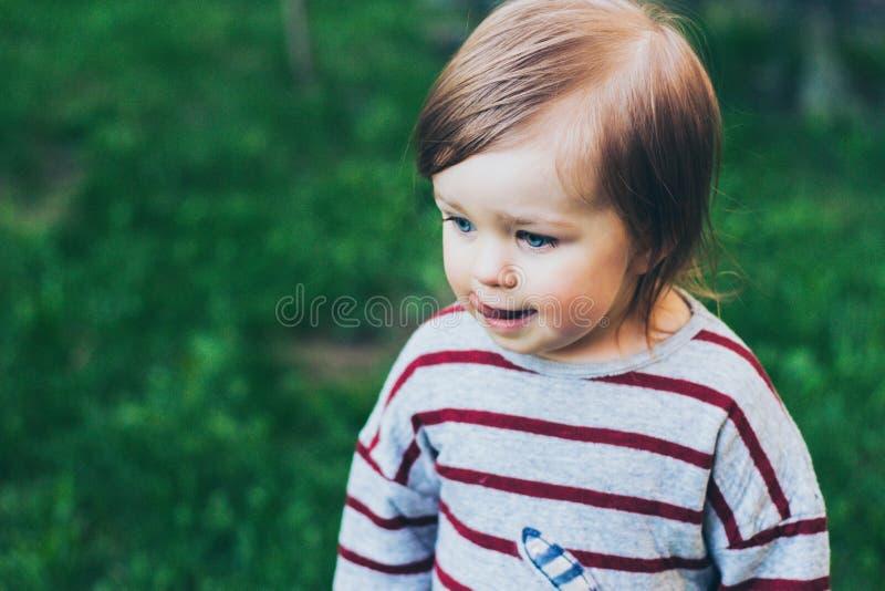 Małego berbeć dziewczyny zbliżenia plenerowy portret obrazy royalty free