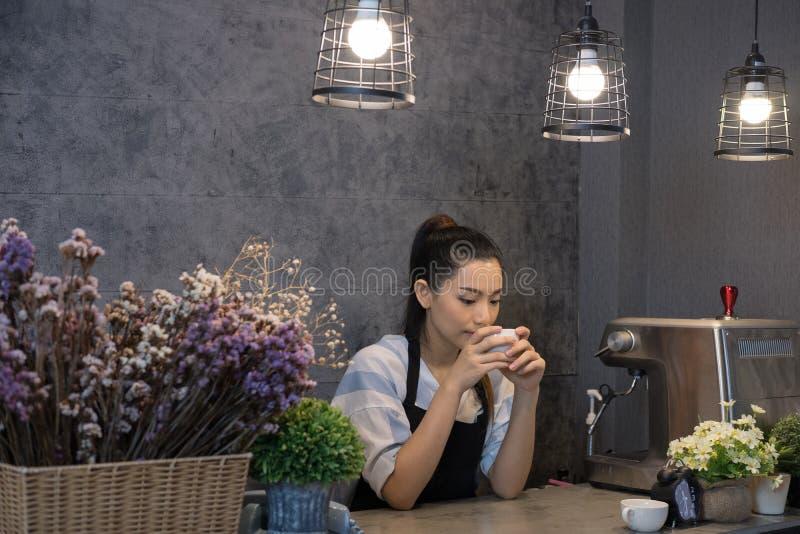 małego biznesu właściciel przy jej sklep z kawą szczęśliwy azjatykci kobieta stojak zdjęcie royalty free
