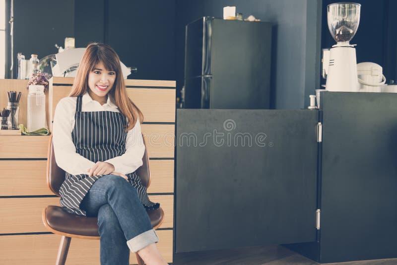 Małego biznesu właściciela obsiadanie przy kontuarem w sklep z kawą żeński b zdjęcie royalty free