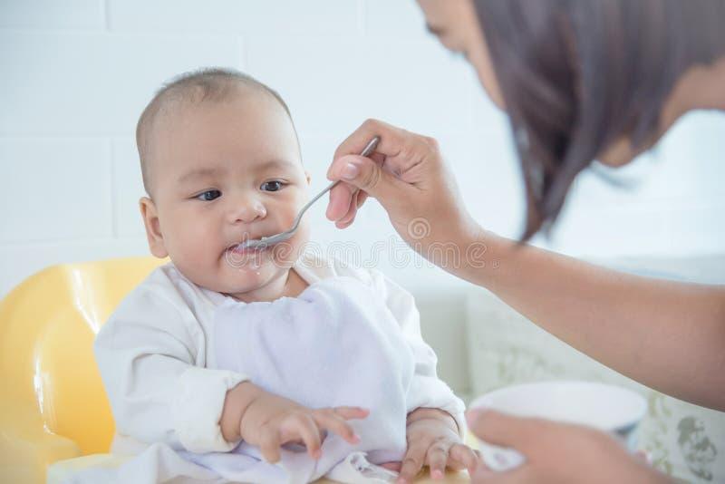Małego dziecka łasowania ryż polewka zdjęcia stock