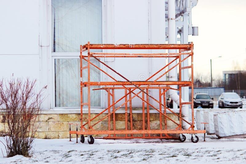 małego pomarańczowego budynku pracy mobilny rusztowanie blisko ampuły bawi się kompleks obraz stock