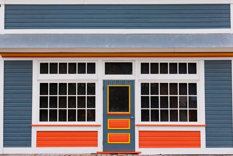 Małego sklepu frontowego wejścia kolorowy drewniany dom obrazy royalty free