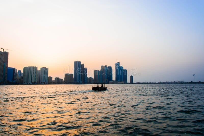 Małej łódki żeglowanie w morzu przy Złotą godziną obrazy stock