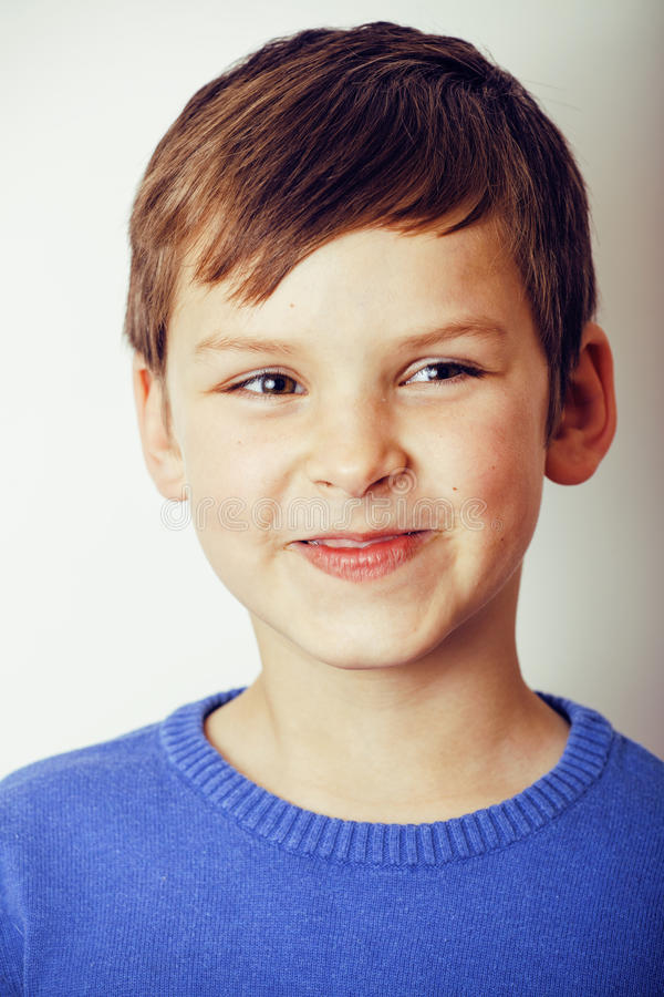 Małej ślicznej istnej chłopiec szczęśliwy ono uśmiecha się odizolowywam na białym tle, stylu życia pojęcia ludzie obraz stock