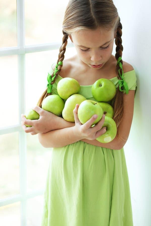 Małej dziewczynki łasowania jabłka zdjęcia royalty free