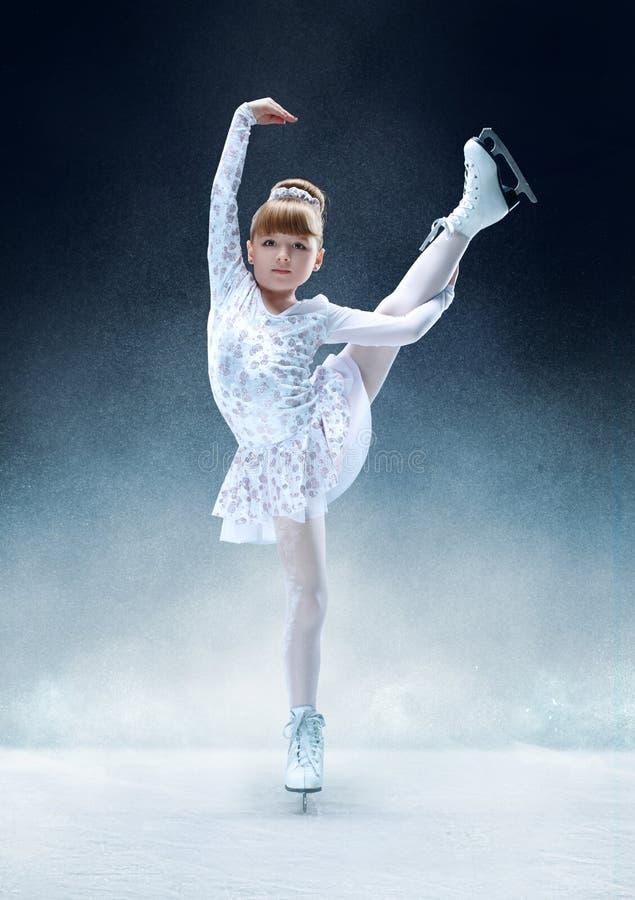 Małej dziewczynki łyżwiarstwo figurowe przy salową lodową areną zdjęcia stock