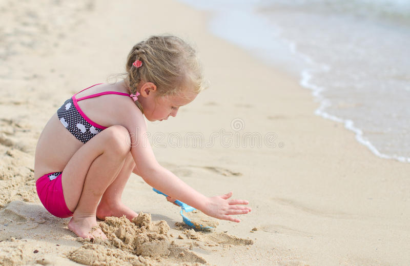 Małej dziewczynki bawić się obraz royalty free