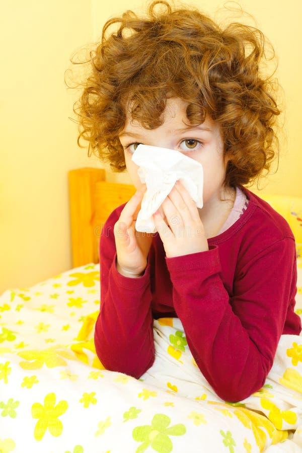 Małej dziewczynki chory dmuchanie jej nos obraz stock