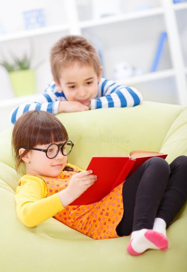 Małej dziewczynki czytanie od książki obraz royalty free
