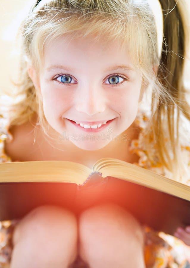 Małej dziewczynki czytelnicza książka zdjęcia royalty free