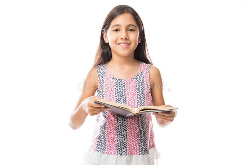 Małej dziewczynki czytelnicza książka odizolowywająca na bielu fotografia royalty free