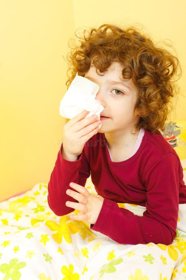 Małej dziewczynki dmuchanie jej nos fotografia stock