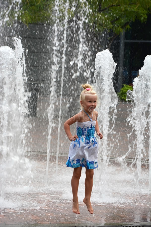 Małej dziewczynki doskakiwanie zdjęcia royalty free
