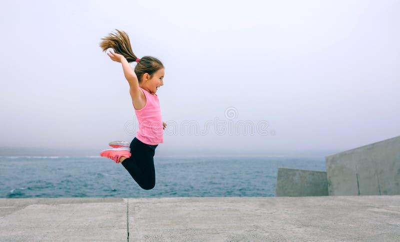 Małej dziewczynki doskakiwanie dennym molem zdjęcie stock