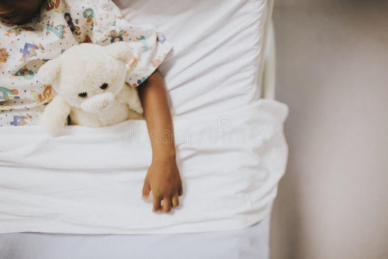 Małej dziewczynki dosypianie w łóżku szpitalnym zdjęcia royalty free