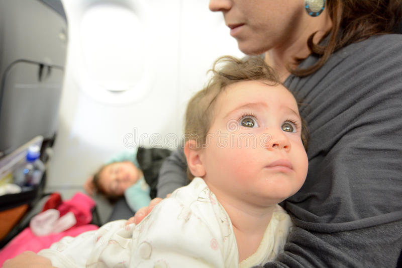 Małej dziewczynki dosypianie w samolocie obraz stock