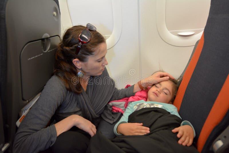 Małej dziewczynki dosypianie w samolocie fotografia stock