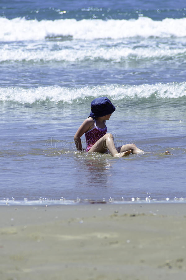 Małej dziewczynki dziecko cieszy się wodę morze obraz royalty free