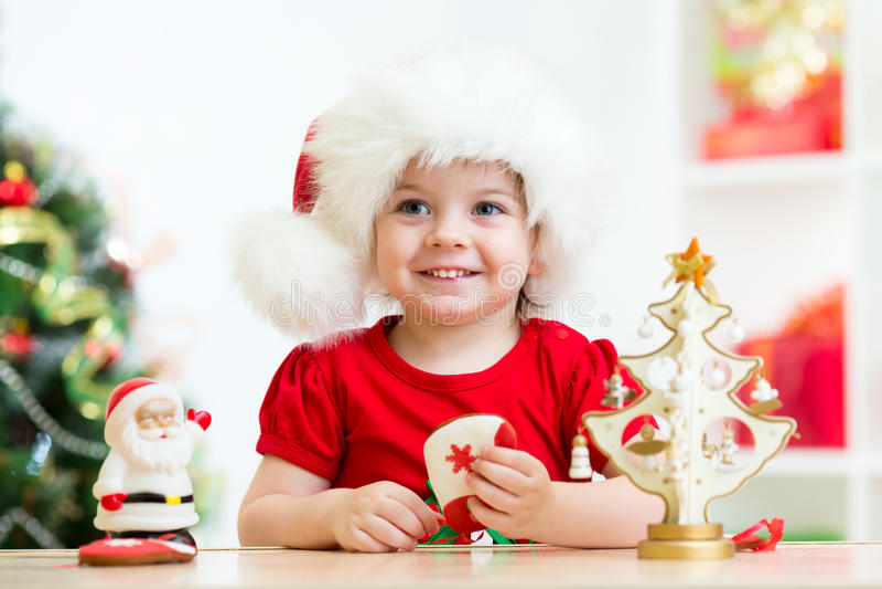 Małej dziewczynki dziecko jest ubranym świątecznego czerwonego Santa kapelusz zdjęcia royalty free