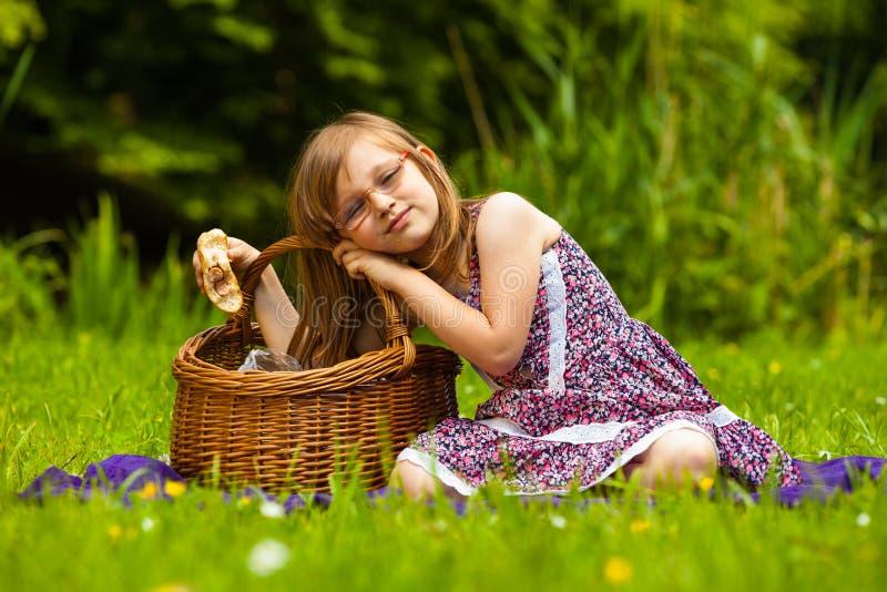 Małej dziewczynki dziecko na pinkinie czas wolny gór lato kobiety potomstwa obraz stock