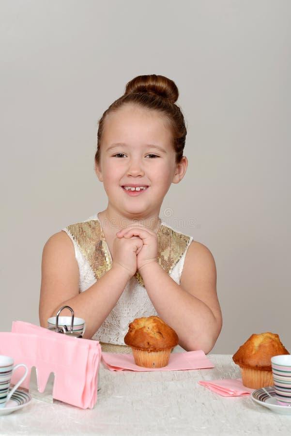 Małej dziewczynki herbaciany przyjęcie zdjęcie stock